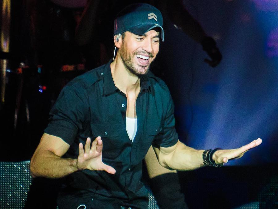 Enrique Iglesias sonríe durante un concierto