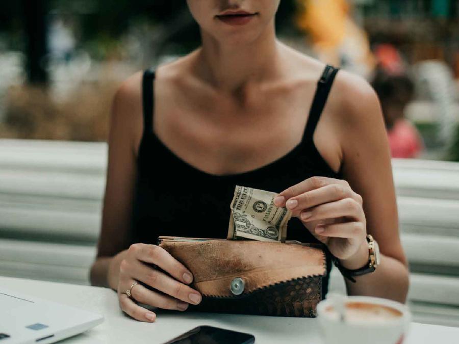 Mujer saca dólar de billetera