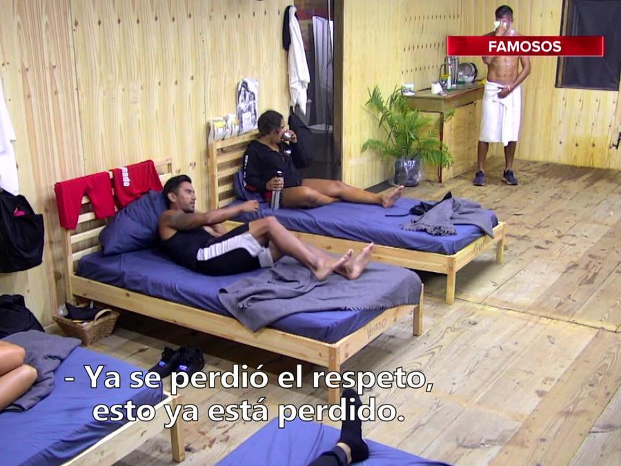 JC Herrera se baña frente a sus compañeros