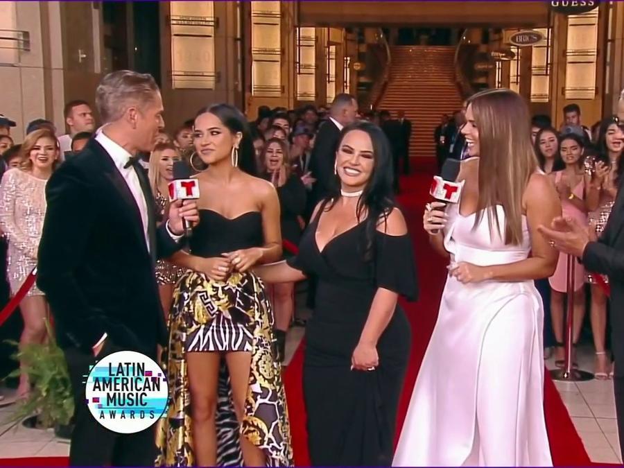 Becky G con sus papás en la alfombra roja de los Latin American Music Awards 2019