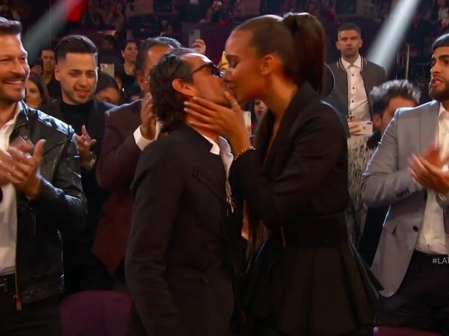 Marc Anthony besa en los labios a su novia Jessica Lynne durante los Latin AMAs 2019