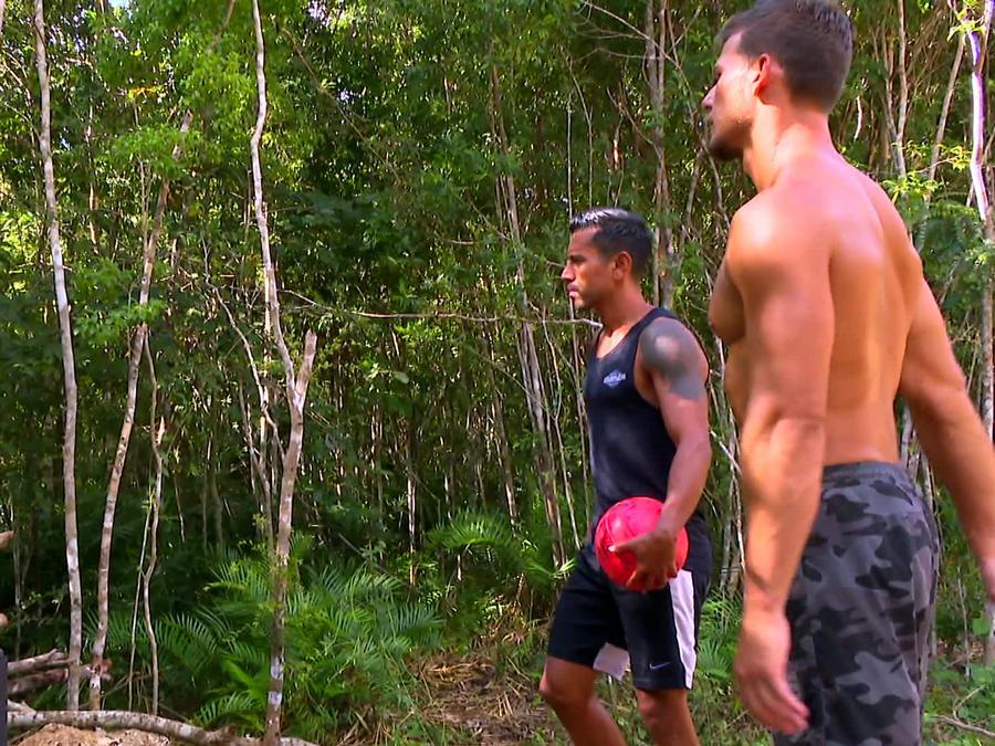 Venado, JC y Mack hablan afuera de la Cabaña