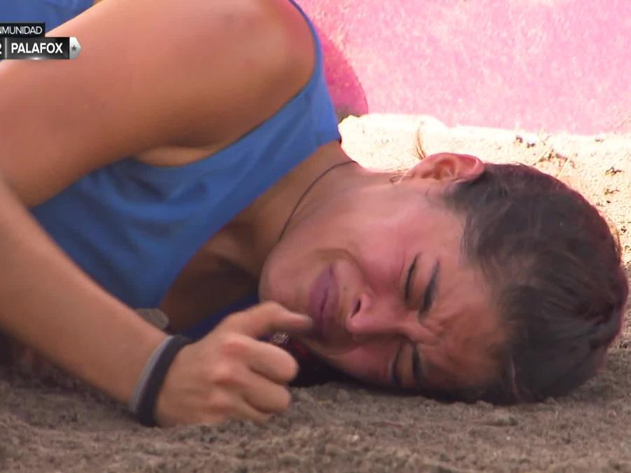 Denisse llora tendida en el suelo