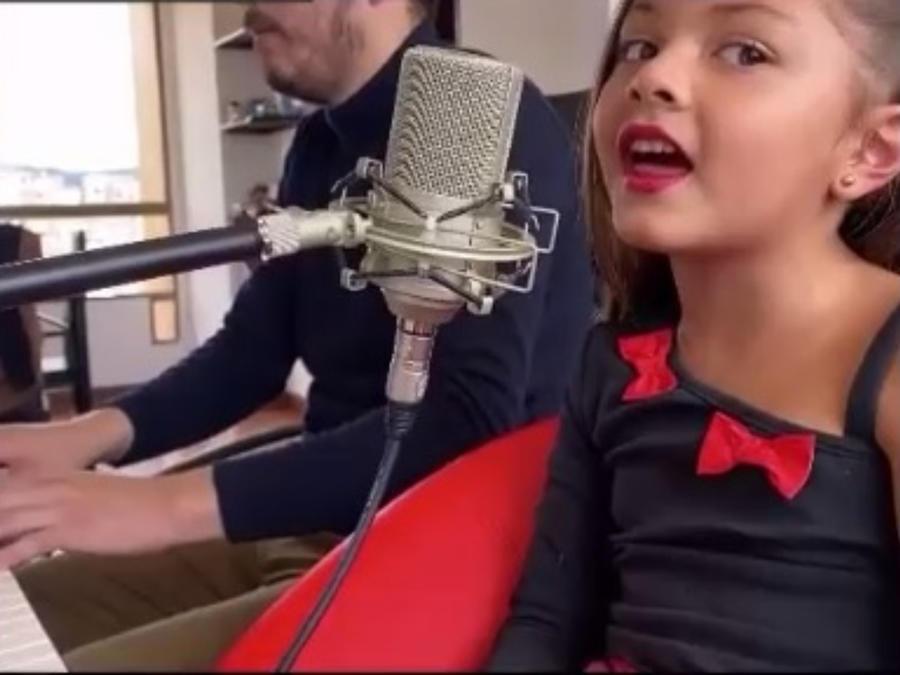 Rafaela Castro cantando el tema Por amarte así