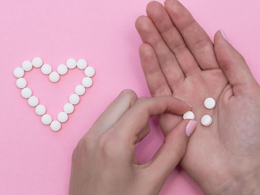 Mujer con aspirinas
