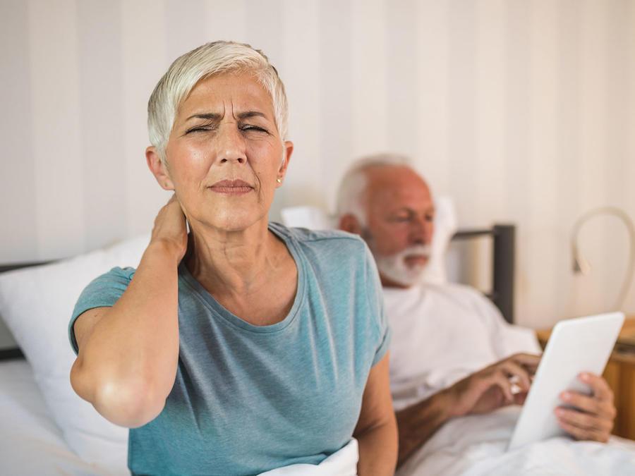 Mujer con dolor en cervicales