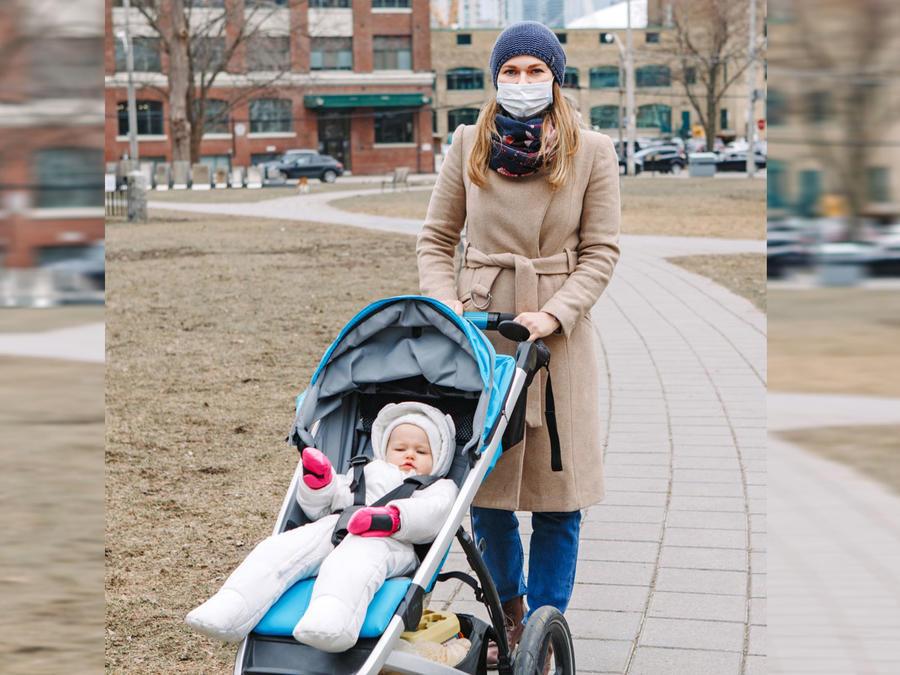 Mamá y bebé cubrebocas