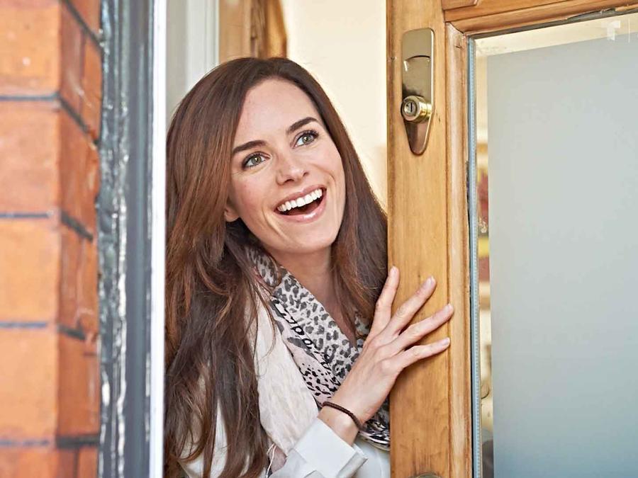 Mujer se asoma por la puerta