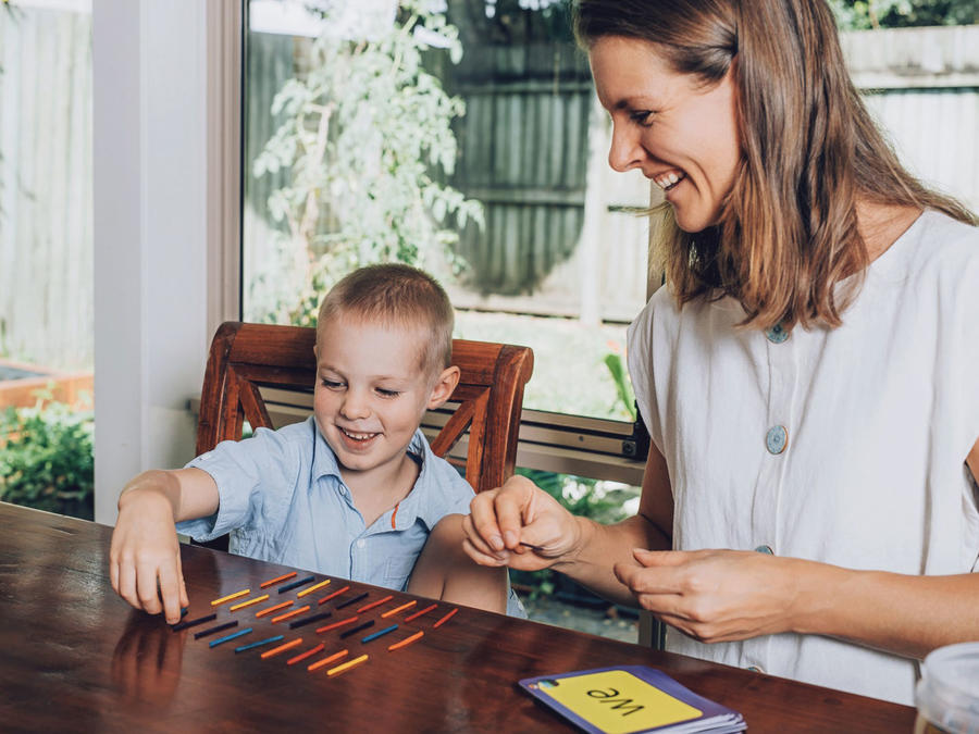 Madre e hijo homeschooling