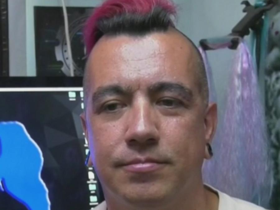 ¿Erick Farjeat, ex de Sabrina Sabrok, vende caretas en las calles para sobrevivir?
