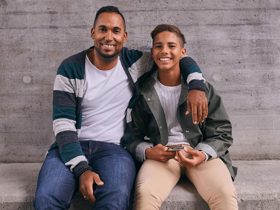 Padre e hijo latinos