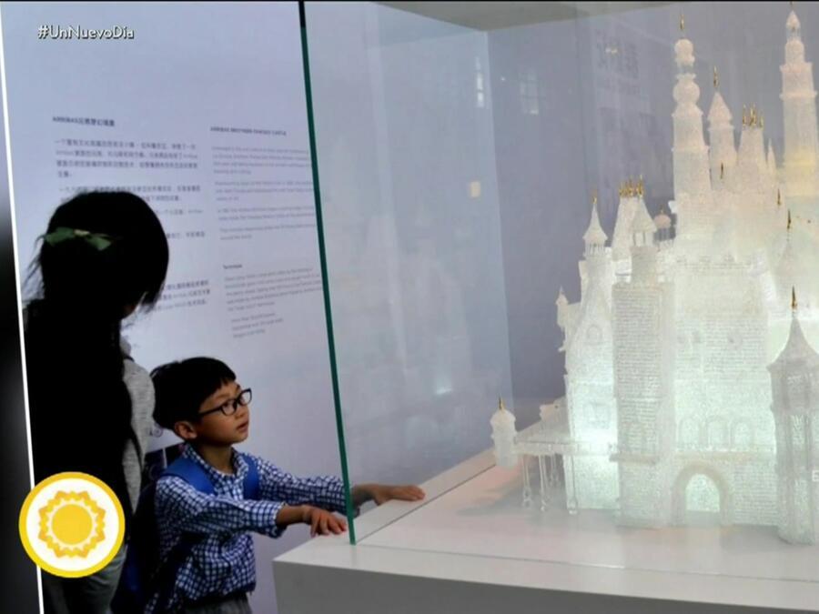 Madre e hijo observan escultura de cristal