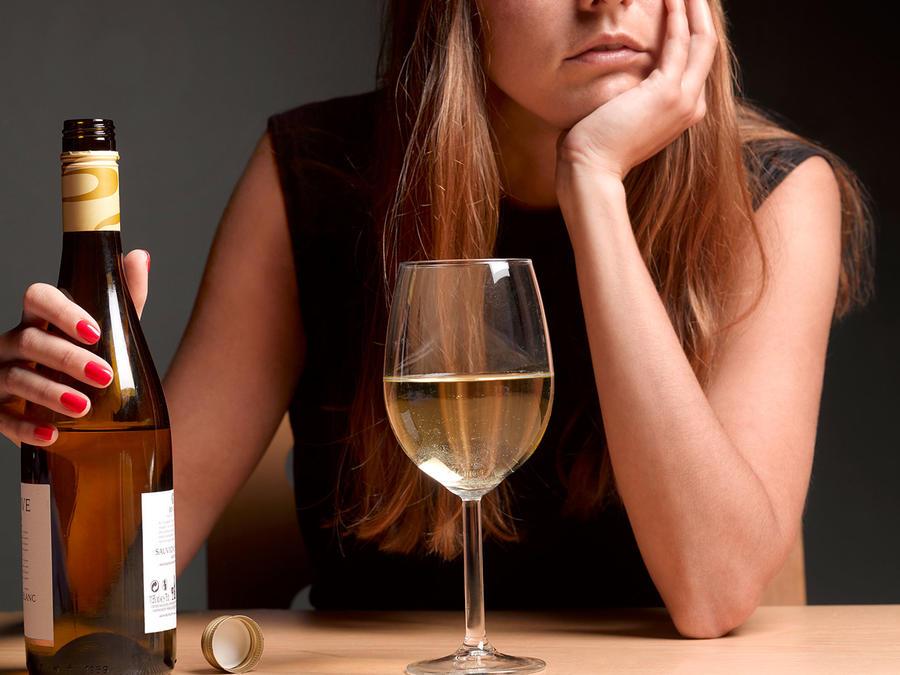Mujer bebiendo