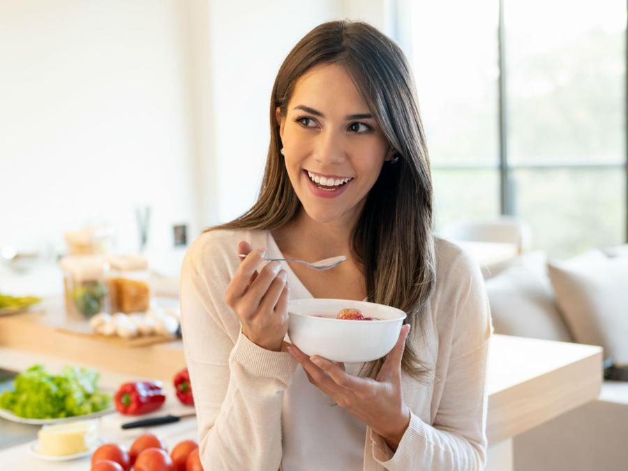 Mujer desayunando