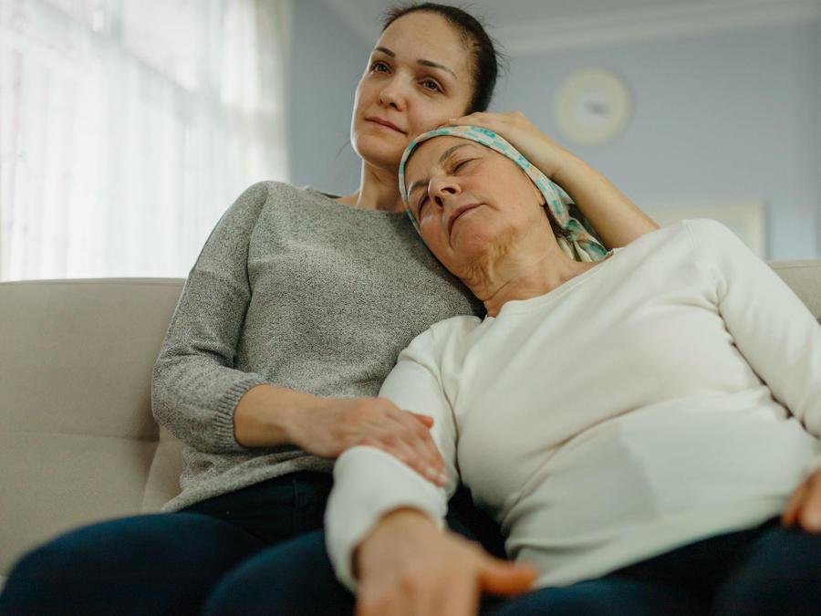 Mujer abrazando a su mamá