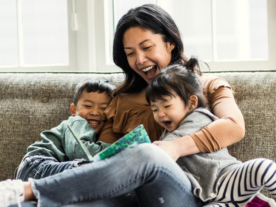 Mujer jugando con sus hijos
