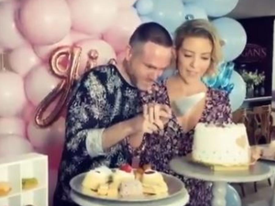 Fernanda Castillo y Erik Hayser partiendo pastel