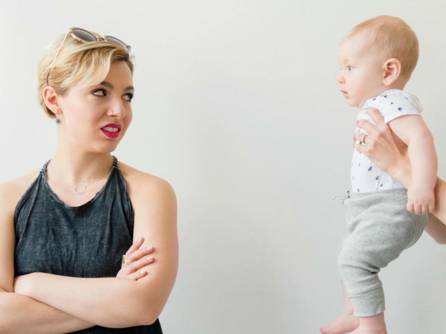 Mujer viendo a su hijo con desprecio