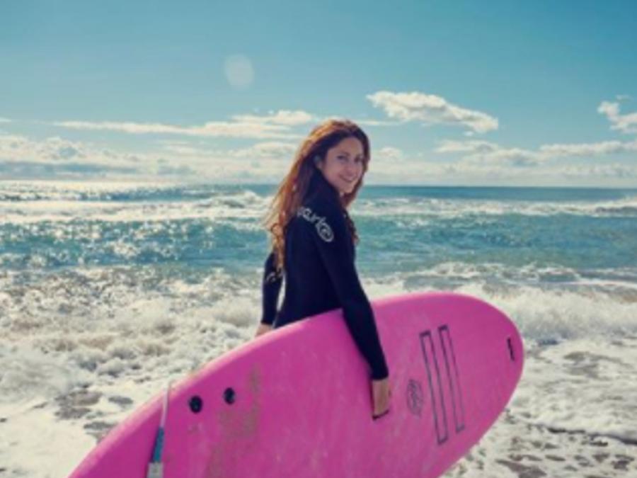 Shakira sonriendo en la playa