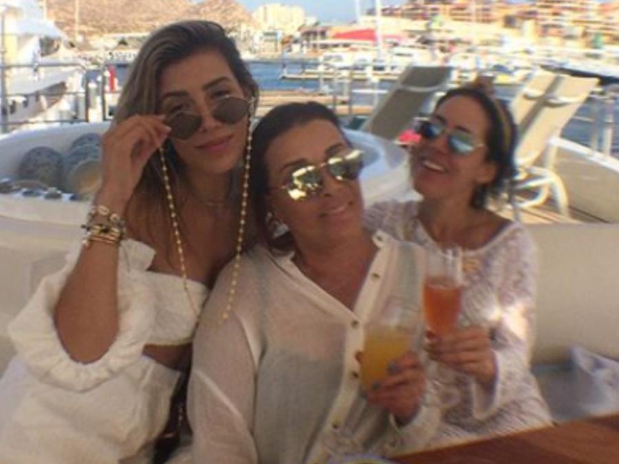 Stephanie, Michelle Salas y Sylvia Pasquel posando abrazadas