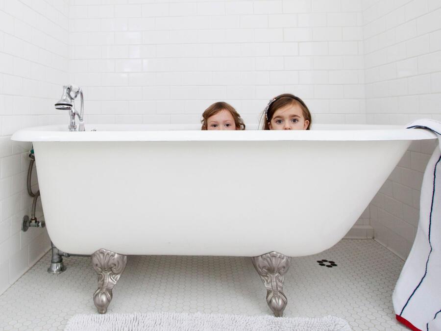 Niños en la bañera