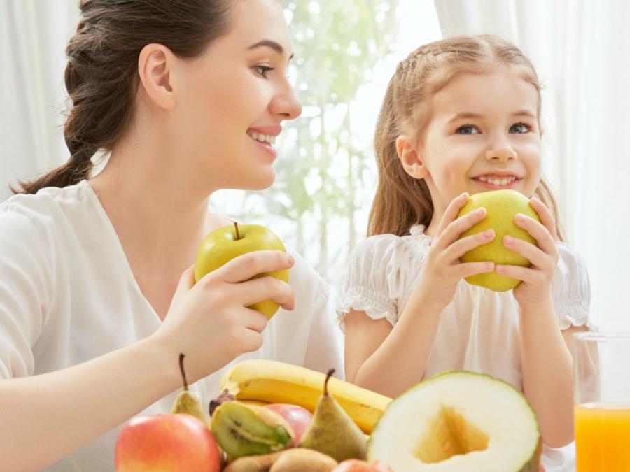 Mamá y su hija comiendo frutas