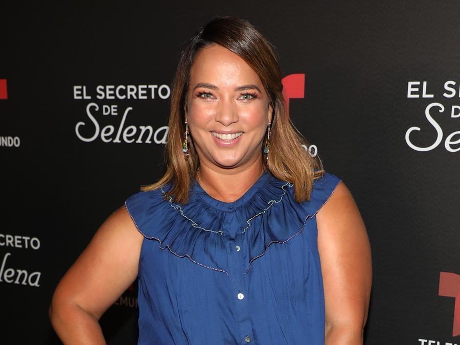 Adamari López sonriendo y posando en presentación de serie