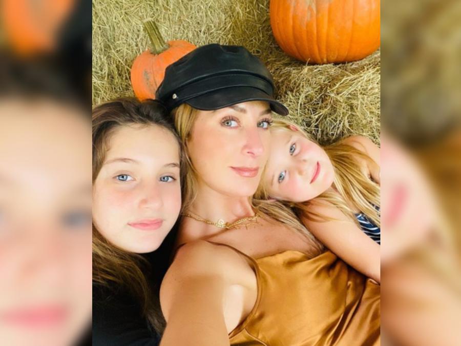 Geraldine Bazán con sus hijas abrazadas