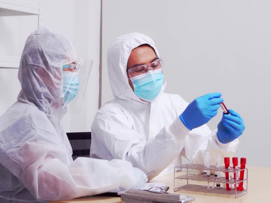 Médicos analizando sangre