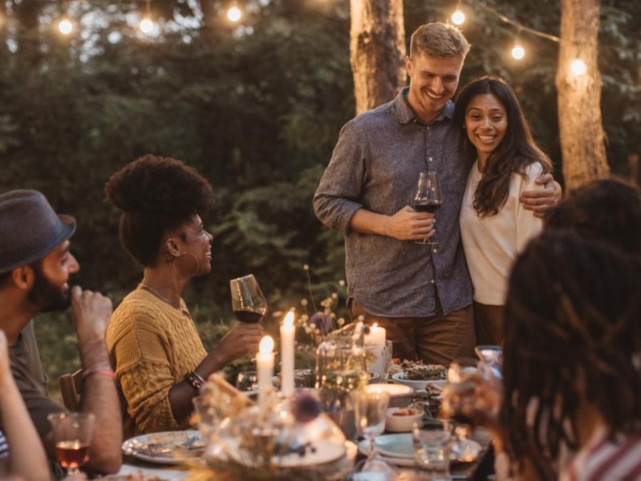 Pareja en cena con amigos
