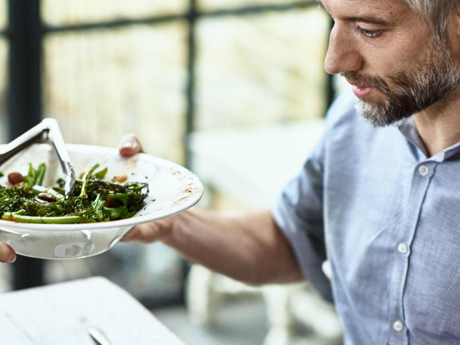 Hombre comiendo verduras