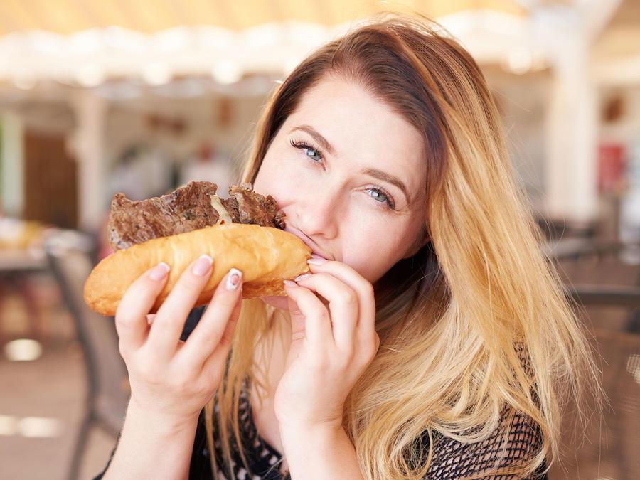 Comiendo sándwich