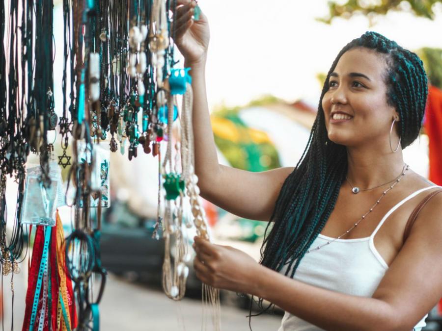 Mujer comprando amuleto