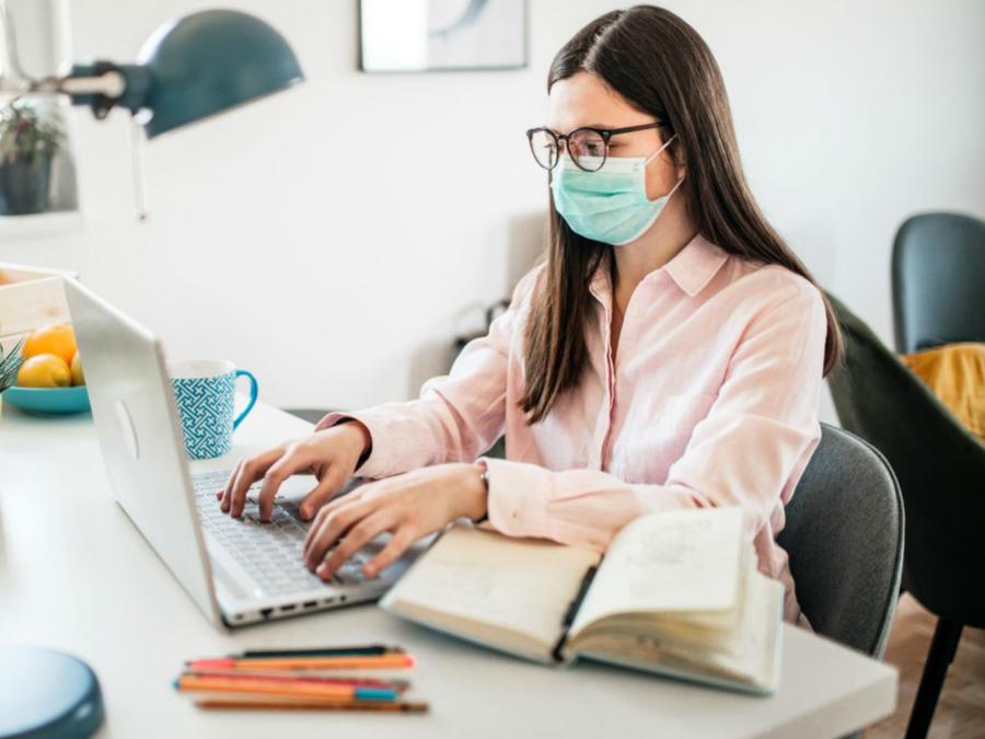 Mujer trabajando en su computadora