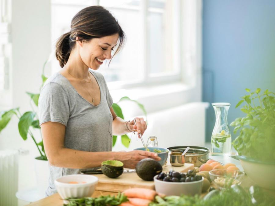 Mujer preparando su comida
