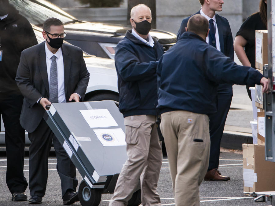 Trabajadores trasladan cajas a un camión afuera de la Casa Blanca