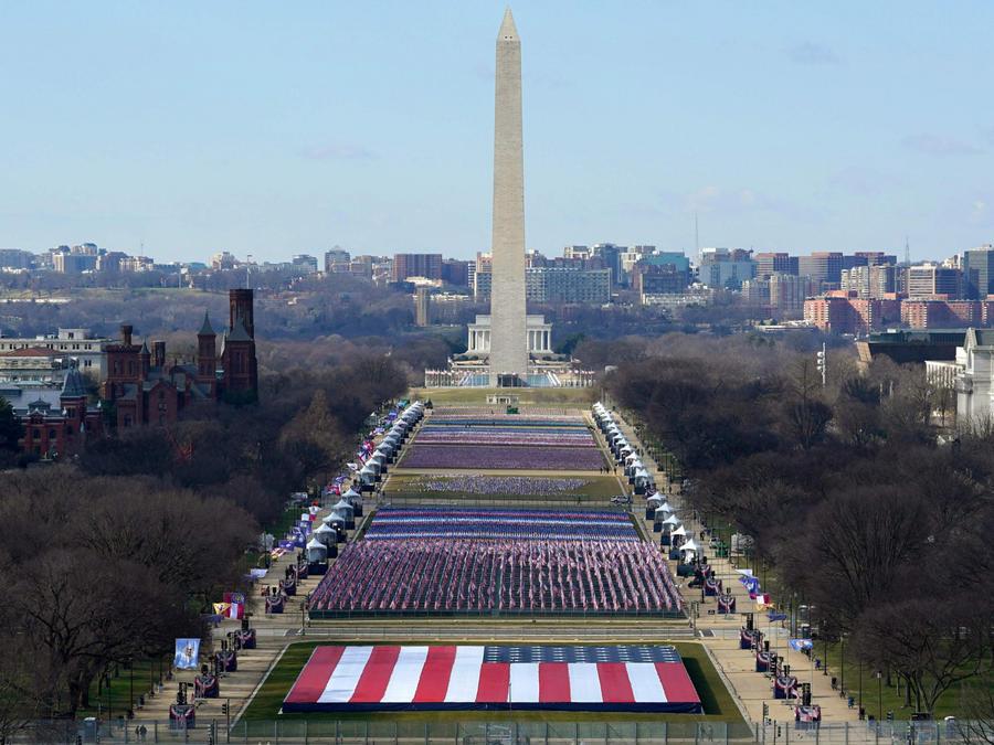 Colocan banderas en Washington para el día de la inauguración de Joe Biden