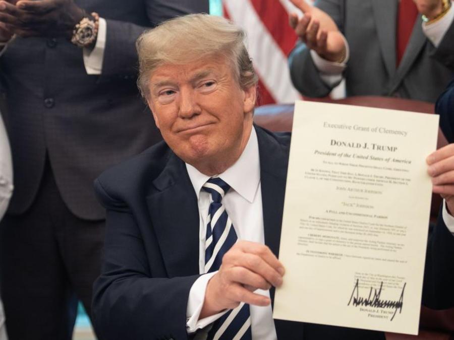 Trump firma indultos en la Casa Blanca