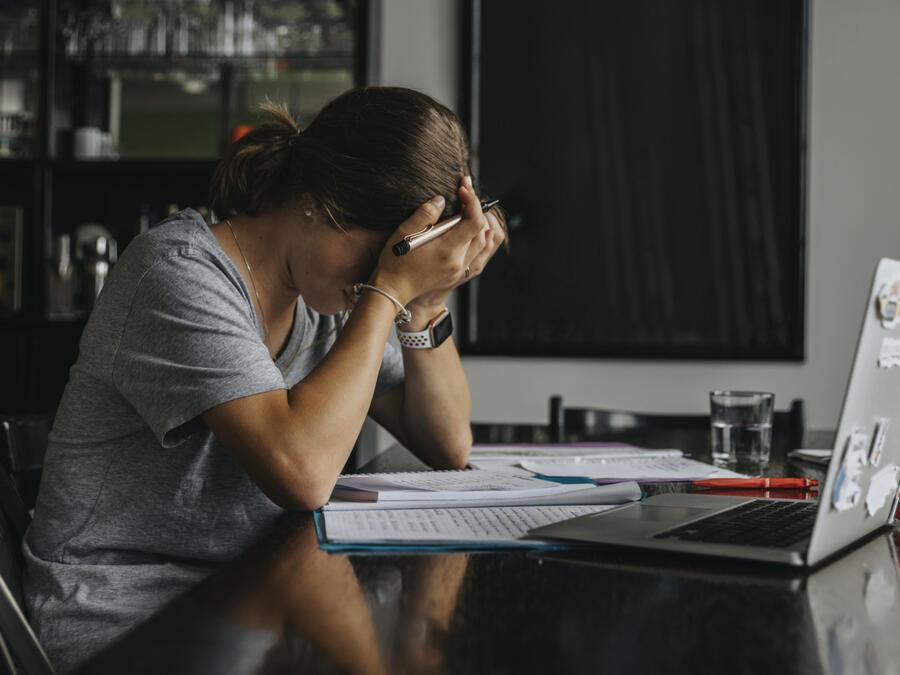 Mujer estresada frente a computadora