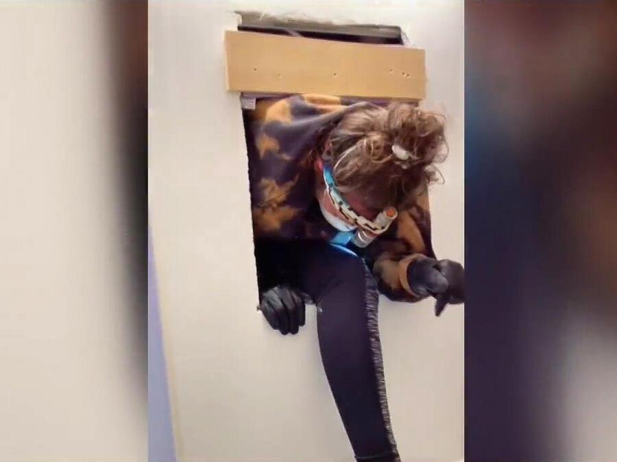 Mujer descubre apartamento secreto detrás de espejo de su baño