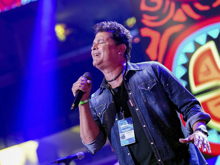 Carlos Vives cantando en los Premios Billboard