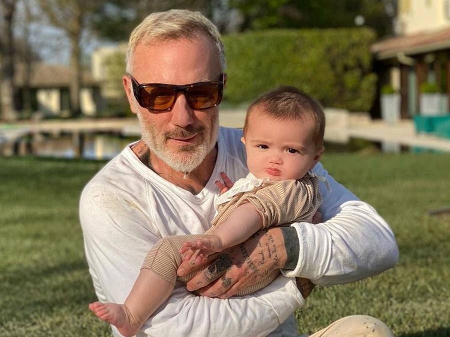 Gianluca Vacchi con su bebé feliz