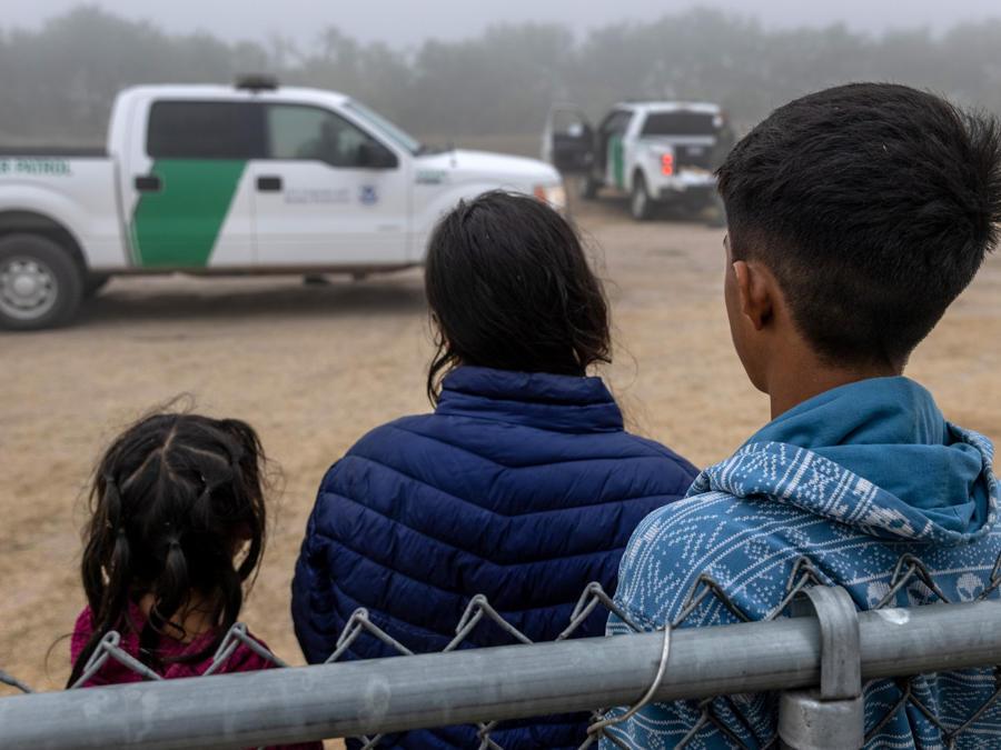 Menores no acompañados son trasladados a centros de procesamiento por la Patrulla Fronteriza