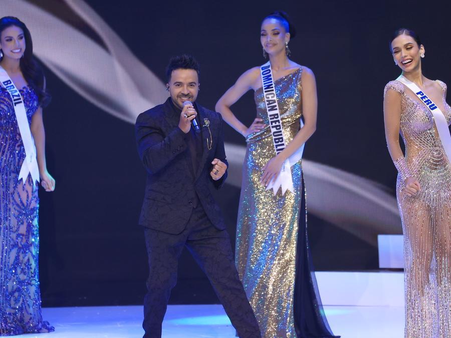 Luis Fonsi canta en el certamen de Miss Universo 2021, 69 edición