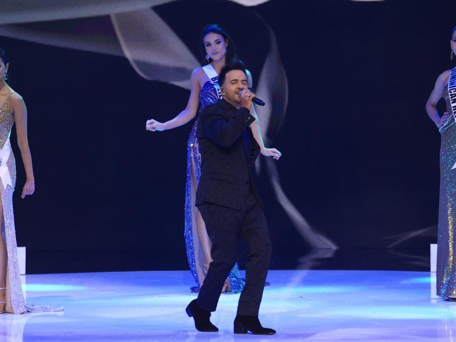 Presentación de Luis Fonsi, donde canta 'Vacio' en Miss Universo 2021, 69 edición