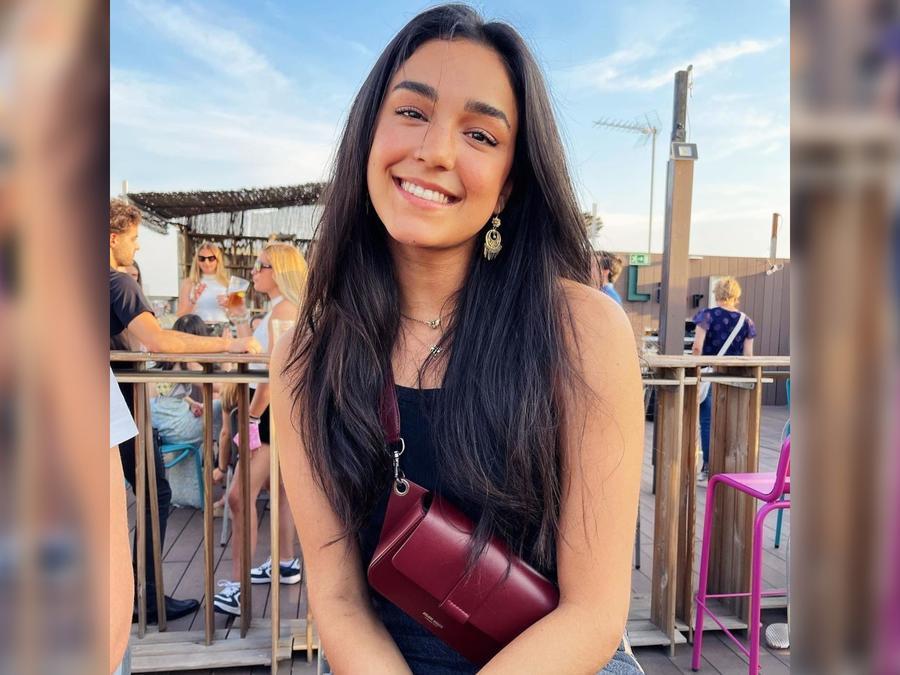 Alejandra Capetillo posando sonriente