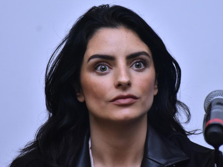 Aislinn Derbez posando en evento de marca de ropa
