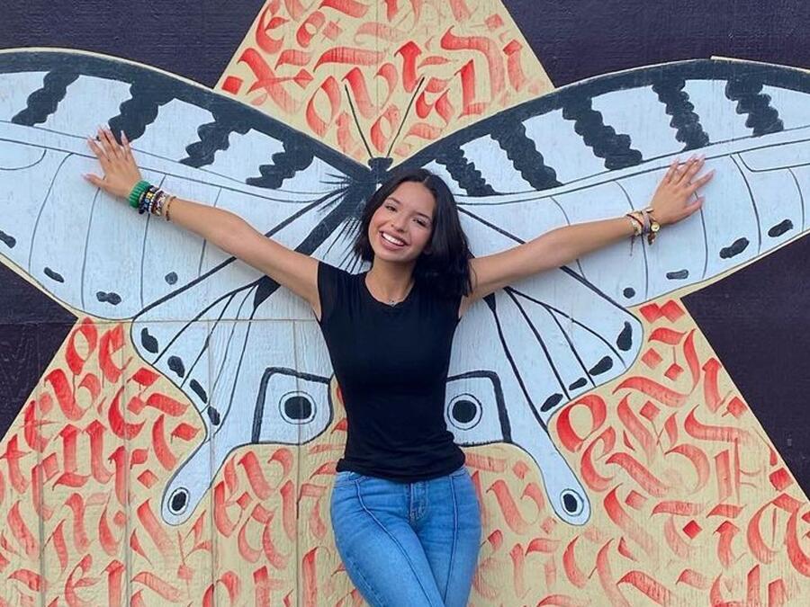 Ángela Aguilar posando y sonriendo