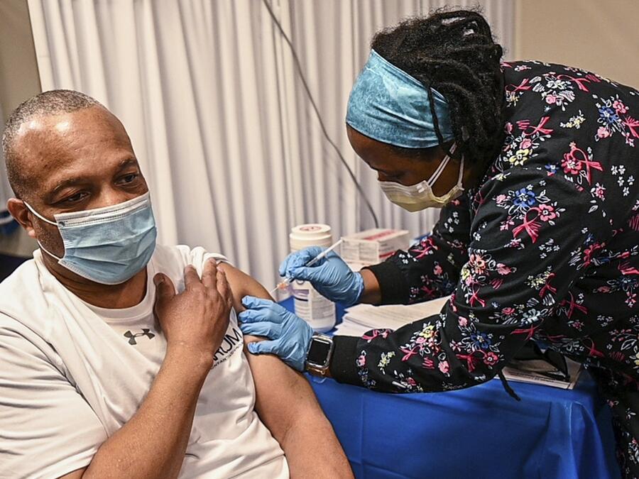 Anuncian expansión de mandato de vacuna contra COVID-19 en NY