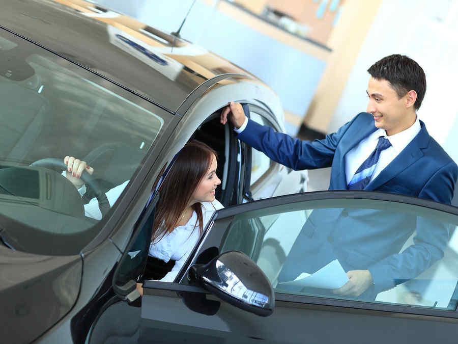 mujer compra auto
